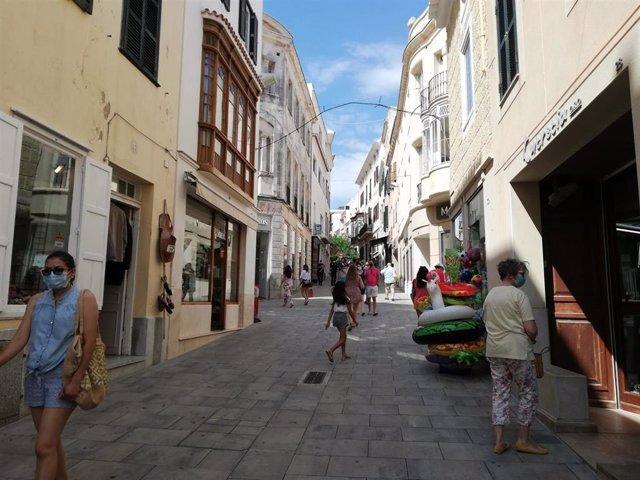 Calle Hannover, en Mahón, llena de comercios y muy transitada por turistas.