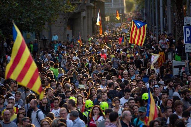 Una multitud de personas se concentra y ondea esteladas en la manifestación de los CDR durante la huelga general en Catalunya en reacción a las penas por el 1-O, en Barcelona (Cataluña, España), a 18 de octubre de 2019.