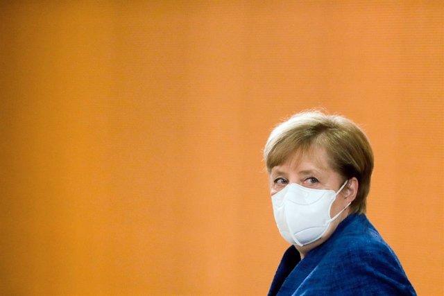 Angela Merkel llega con mascarilla a una reunión del Gobierno en la sede de la Cancillería