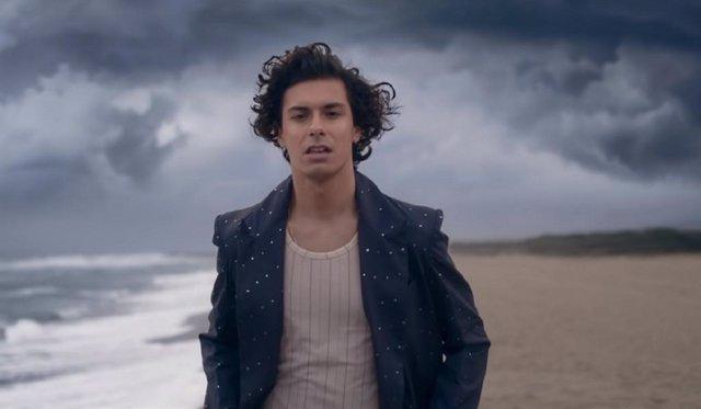 Alfred García interpreta el tema central de la serie Los Espabilados