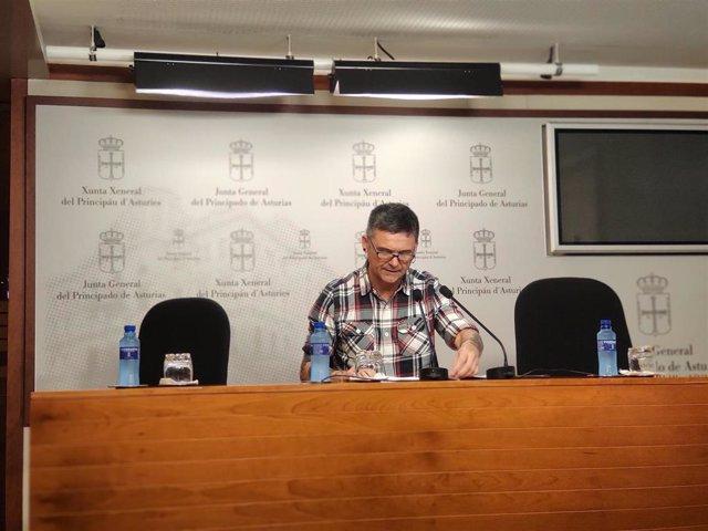 El diputado de Podemos Asturies, Rafael Palacios, en rueda de prensa.