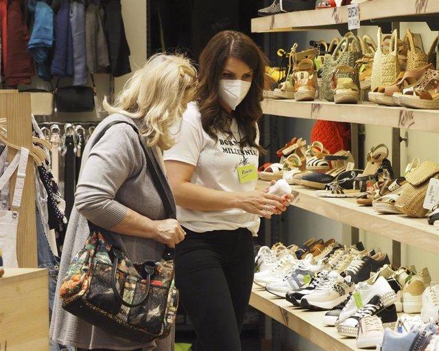 Una trabajadora de una zapatería de un centro comercial.