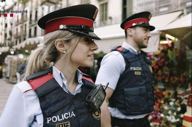 Dos agents dels Mossos d'Esquadra (Arxiu)