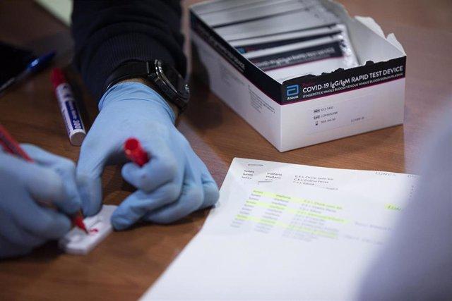Comienzo de los test de cribado de la Covid-19 al personal docente en la educación antes del retorno a la actividad laboral. En la imagen, una caja de test rápidos utilizados en dicha prueba en las instalaciones del Hospital Militar de Sevilla, (Andalucía