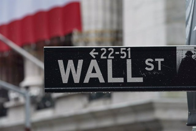 03 April 2020, US, New York: A Wall street sign is hanged near the facade of the New York Stock Exchange as stocks fall after the US reports job losses in March and on coronavirus fears. Photo: Bryan Smith/ZUMA Wire/dpa