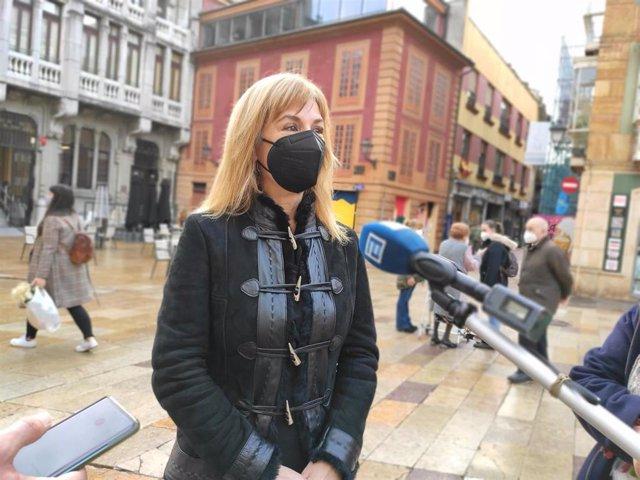 La concejala del PSOE en el Ayuntamiento de Oviedo, Marisa Ponga, atiende a los medios.