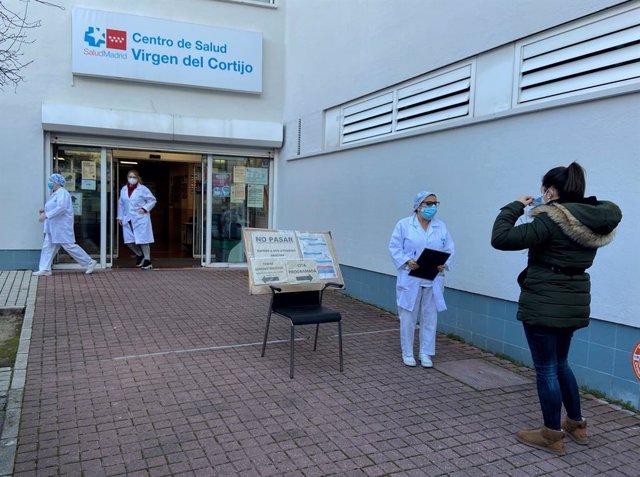 Una mujer espera en la entrada del centro de salud Virgen del Cortijo en el distrito de Hortaleza
