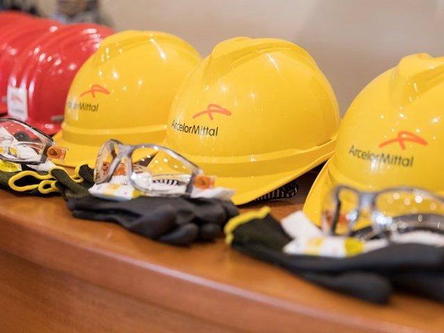 Cascos con el logo de ArcelorMittal.