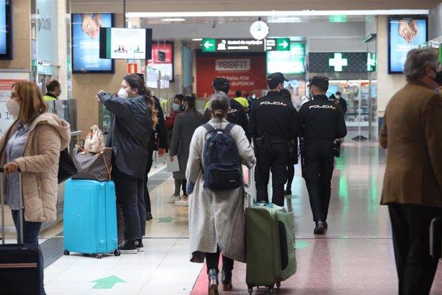 Agentes de la Policía Nacional caminan por las instalaciones de la estación de tren Chamartín para realizar un control de movilidad, en Madrid (España), a 30 de octubre. El control se produce horas después de que se hiciera efectivo un nuevo decreto de la