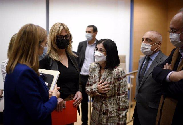 La ministra de Sanidad, Carolina Darias (3i), conversa con la vicesecretaria de Política Social del PP, Ana Pastor (i), durante una comparecencia en la Comisión de Sanidad y Consumo, en Madrid, (España), a 29 de enero de 2021.