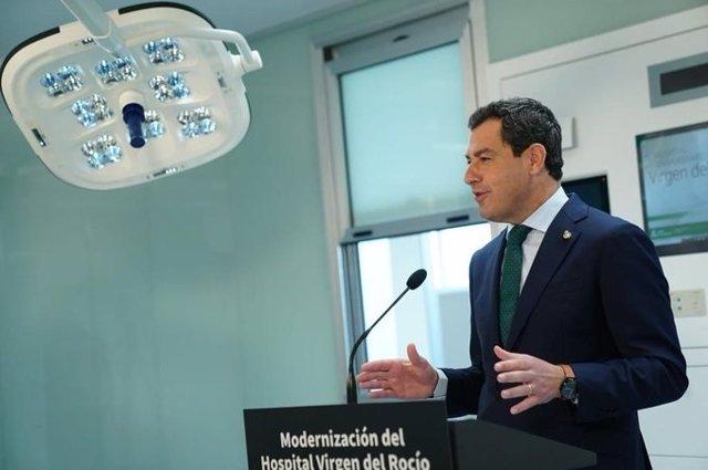 El presidente de la Junta, Juanma Moreno, en una foto de archivo en una visita las nuevas instalaciones del Hospital Infantil Virgen del Rocío en Sevilla