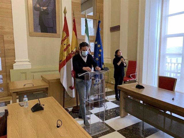 El portavoz del Ayuntamiento de Cáceres, Andrés Licerán, en una rueda de prensa
