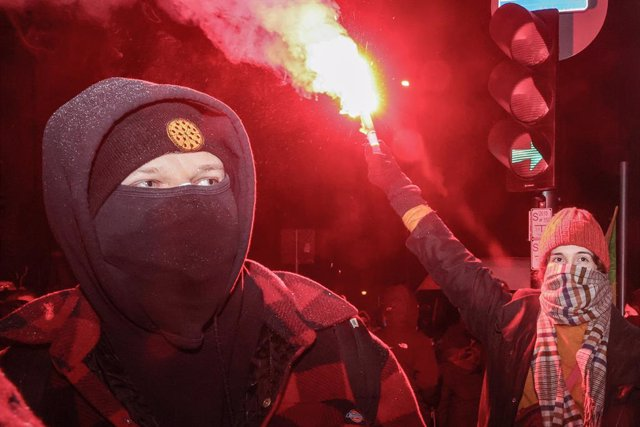 27 January 2021, Poland, Warschau: People light flares as they take part in the Women's Strike protest near the Law and Justice party headquarters against a verdict restricting abortion rights. Photo: Grzegorz Banaszak/ZUMA Wire/dpa