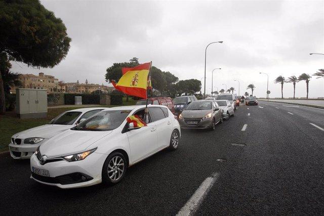 Manifestantes en coche durante una protesta contra el cierre de la restauración el pasado 22 de enero en Palma.