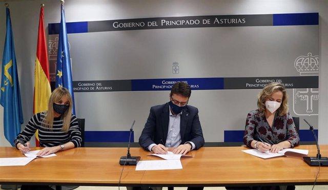 El consejero de Industria, Empleo y Promoción Económica, Enrique Fernández, y las directoras generales de Industria, Rosana Prada, y de Energía, Minería y Reactivación, Belarmina Díaz