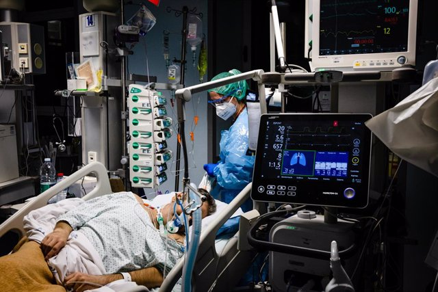 24 January 2021, Portugal, Porto: A health worker wearing a protective suit attends to a coronavirus (COVID-19) infected patient in an intensive care unit (ICU) at the Sao Joao University Hospital. Photo: Rita Franã a/SOPA Images via ZUMA Wire/dpa