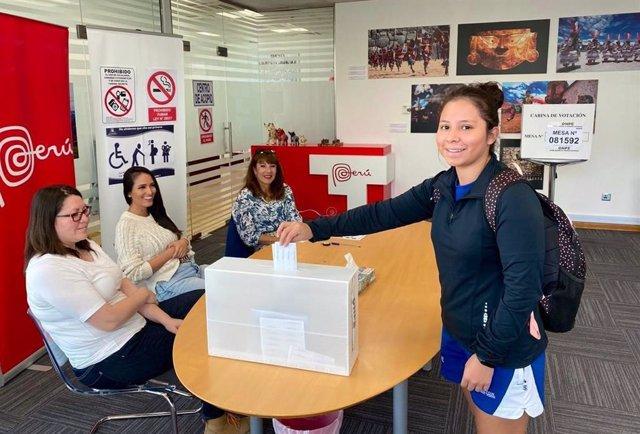 Imagen de archivo deuna mujer votando en Perú.
