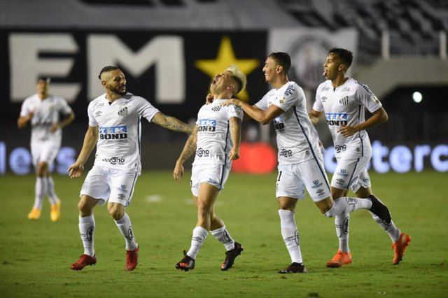HANDOUT - 14 January 2021, Brazil, Sao Paulo: Santos's Yeferson Soteldo (2nd L) celebrates with his teammates after scoring his side's second goal during the CONMEBOL Copa Libertadores semifinal second leg soccer match between Santos and Boca Juniors at t