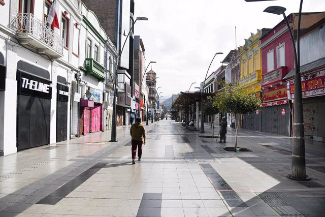 Una calle comercial de Chile vacía por la pandemia.