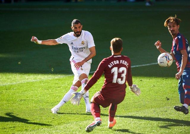 Karim Benzema marca ante Aitor Fernández en el Levante-Real Madrid de LaLiga Santander 2020-2021