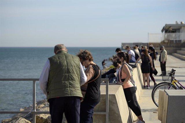 Varias personas en la Playa de Malvarrosa en Valencia,