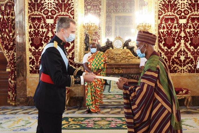 Entrega al Rey de las cartas credenciales por parte del nuevo Embajador de Ghana, Muhammad Adam