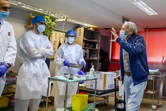 Nicanor de 72 años se despide a su salida tras ser el primer hombre en vacunarse en la Comunidad de Madrid durante el primer día de vacunación contra la Covid-19 en España, en la residencia de mayores Vallecas, perteneciente a la Agencia Madrileña de Aten