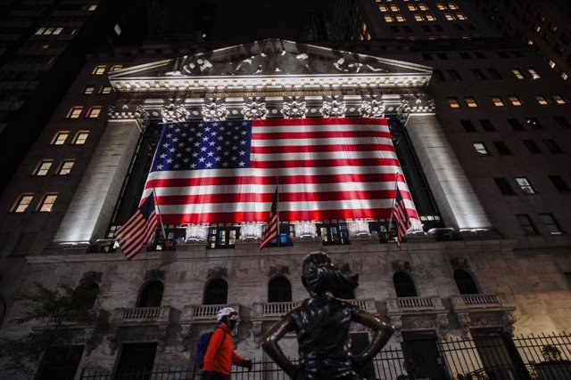 03 November 2020, US, New York: A view of the New York Stock Exchange in Wall Street with US national flag during the 2020 presidential election. Photo: John Nacion/SOPA Images via ZUMA Wire/dpa
