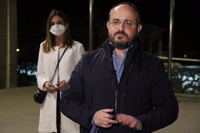 El candidat del PP a les eleccions catalanes del 14F, Alejandro Fernández, i la candidata per Tarragona, Inma Moranta, durant la intervenció del primer als Pallaresos (Tarragona)