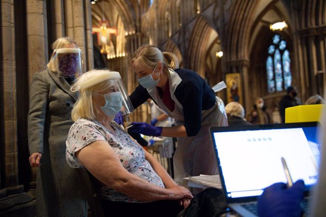 15 January 2021, England, Lichfield: Members of the public receive their Oxford/AstraZeneca COVID-19 vaccine at Lichfield Cathedral. Photo: Jacob King/PA Wire/dpa