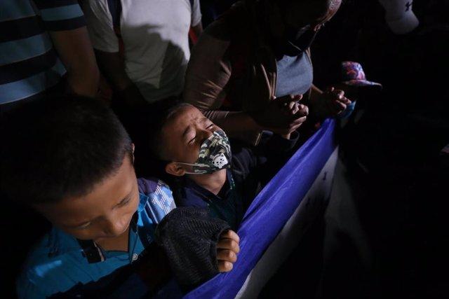 La caravana de migrantes de Honduras es detenida por las autoridades de Guatemala