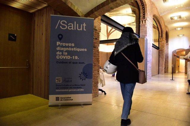 Persones entrant al Recinte Modernista de l'Hospital de Sant Pau per fer-se test d'antígens, a Barcelona, Catalunya (Espanya), 10 de desembre del 2020.