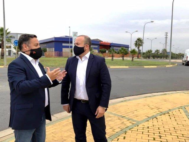 Julio Díaz, parlamentario de Cs por Huelva y vicepresidente del Parlamento de Andalucía, y Juan Carlos Gómez, portavoz de Cs en el Ayuntamiento de Lepe, en el Polígono La Gravera, donde se ubicará la nueva ITV.