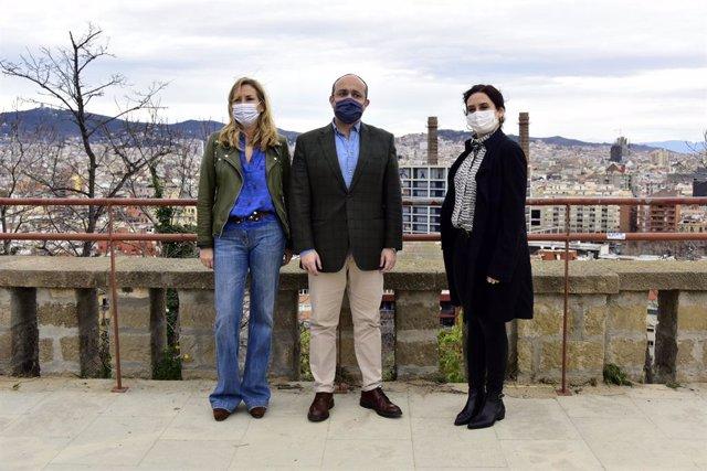La sotssecretària d'organització del PP, Ana Beltrán, el candidat pel 14F, Alejandro Fernández, i la presidenta de la Comunitat de Madrid, Isabel Díaz Ayuso (e-d), en un acte a Barcelona