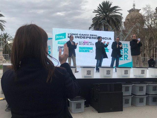 La candidata de Junts a les eleccions catalanes, Laura Borràs, aplaudeix els exconsellers Jordi Turull, Josep Rull i Joaquim Forn