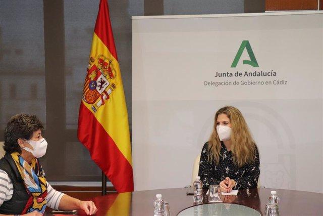 La delegada del Gobierno de la Junta en Cádiz, Ana Mestre, en una reunión con la presidenta del Ilustre Colegio Oficial de Veterinarios de Cádiz.