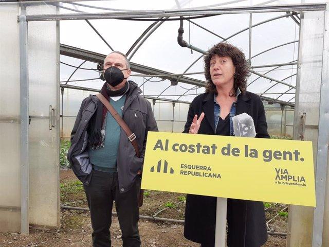 La consellera d'Agricultura, Ramaderia, Pesca i Alimentació de la Generalitat i candidata d'ERC per Girona pel 14F, Teresa Jordà, al costat del 'número quatre' del partit per la demarcació, Bartomeu Compte, en una roda de premsa a Olot (Girona).