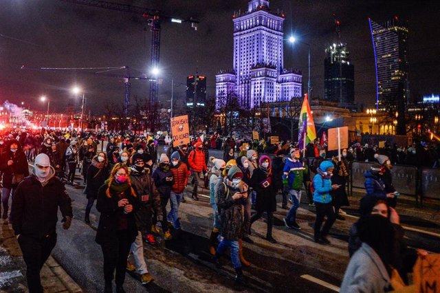 Manifestantes en Polonia durante la primera jornada de protestas contra la prohibición del aborto
