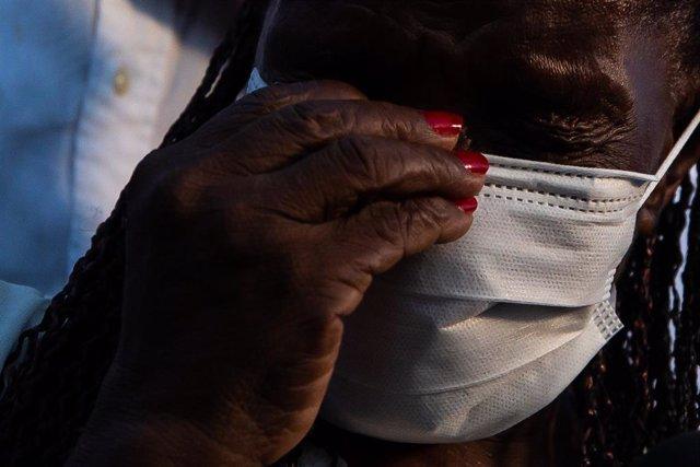 Terezinha da Conceicao, de 80 años, llora tras recibir la primera dosis de la vacuna contra el coronavirus de Coronavac.