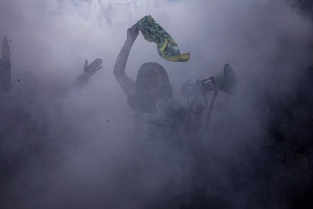 29 January 2021, Israel, Jerusalem: An anti-government protester shouts slogans during a demonstration outside the residence of Israeli Prime Minister Benjamin Netanyahu, who faces an ongoing trial over charges of corruption. Photo: Ilia Yefimovich/dpa