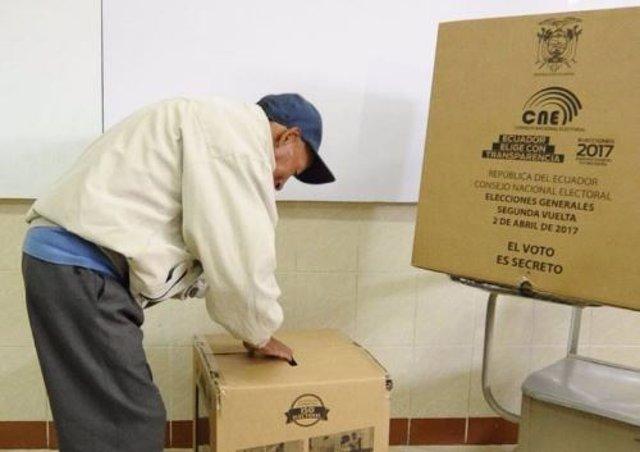 El presidente del Consejo Nacional Electoral de Ecuador (CNE), Juan Pablo Pozo, ha informado de que el 41 por ciento del censo había ejercido su derecho a voto a las 12.00 horas en esta jornada de la segunda vuelta de las elecciones presidenciales de Ecua