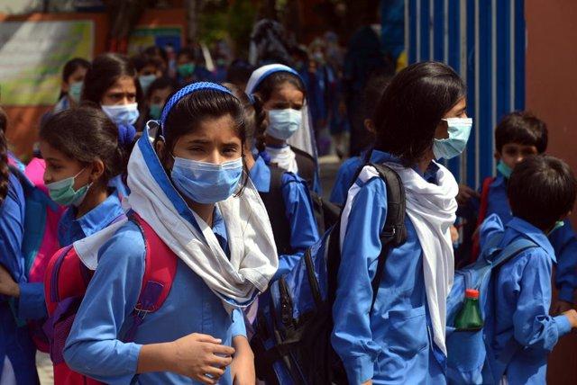 Niñas acuden a la escuela en Pakistán