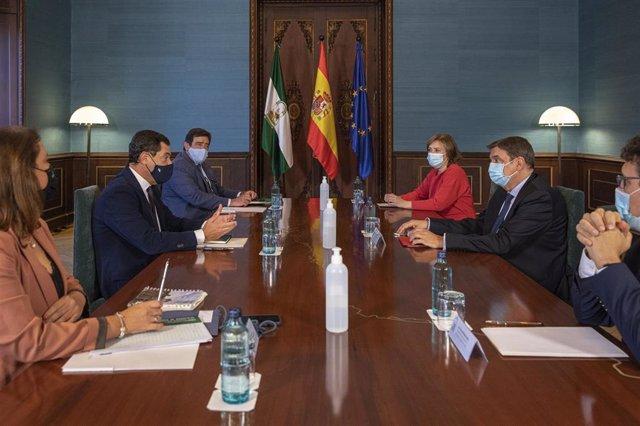 El presidente de la Junta de Andalucía, Juanma Moreno (2i), y la consejera de Agricultura, Carmen Crespo (i), durante una reunión con el ministro de Agricultura, Pesca y Alimentación, Luis Planas (2d), en una foto de archivo.