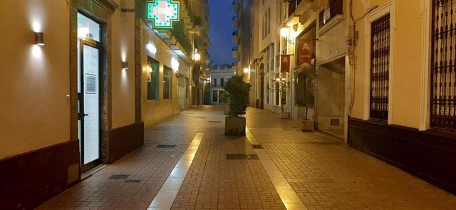 Una calle del centro de Huelva, vacía durante la cuarentena decretada el pasado mes de marzo.
