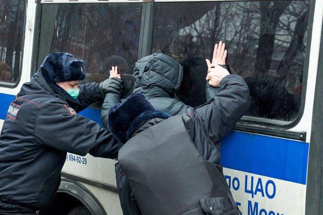 Detención durante la protesta de apoyo a Alexei Navalni en Moscú