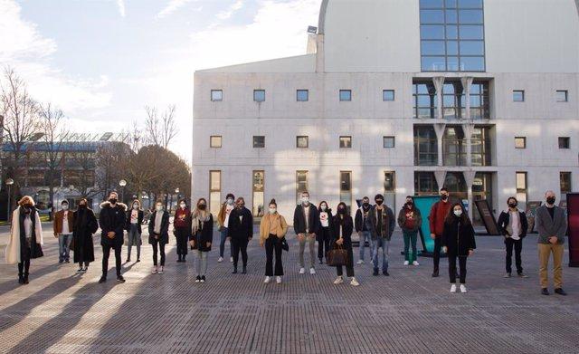 Estudiantes de intercambio en la explanada de la Biblioteca de la UPNA