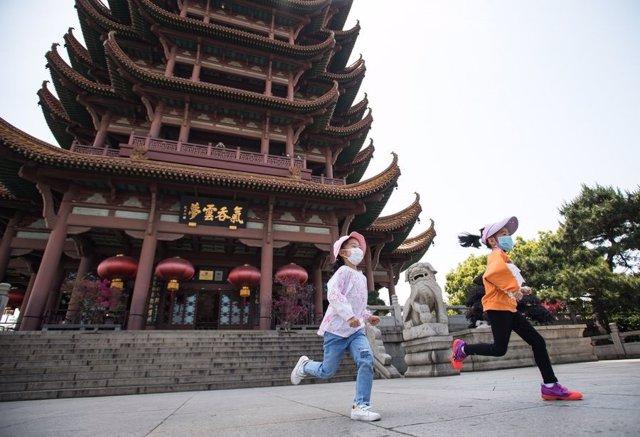 Niños con mascarilla en Wuhan, China