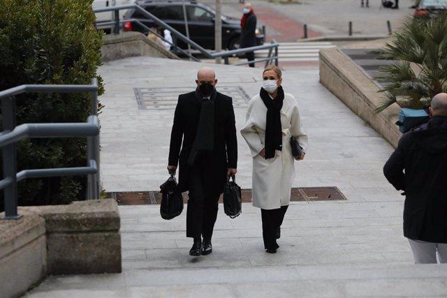La expresidenta de la Comunidad de Madrid, Cristina Cifuentes, acompañada de su abogado, José Antonio Choclán, se dirige a la Audiencia Provincial el tercer día del juicio contra ella por falsear presuntamente el acta que acreditaba su TFM, en Madrid (Esp
