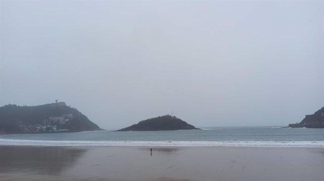 La playa de La Concha (San Sebastián) en un día lluvioso