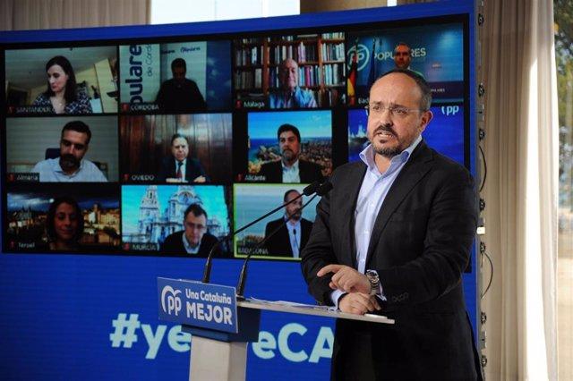 El candidato del PP a las elecciones catalanas del 14F, Alejandro Fernández, flanqueado por alcaldes populares en videoconferencia, en un acto en Badalona (Barcelona)